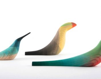 """""""Immersed Birds"""": bird wood sculptures with watercolor plumage by Moisés Hernández"""